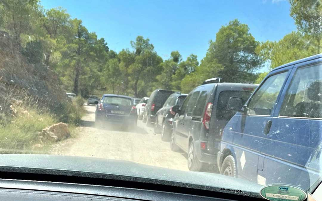 Vehículos aparcados en el camino de acceso al pantano de Pena. Foto. N.E.