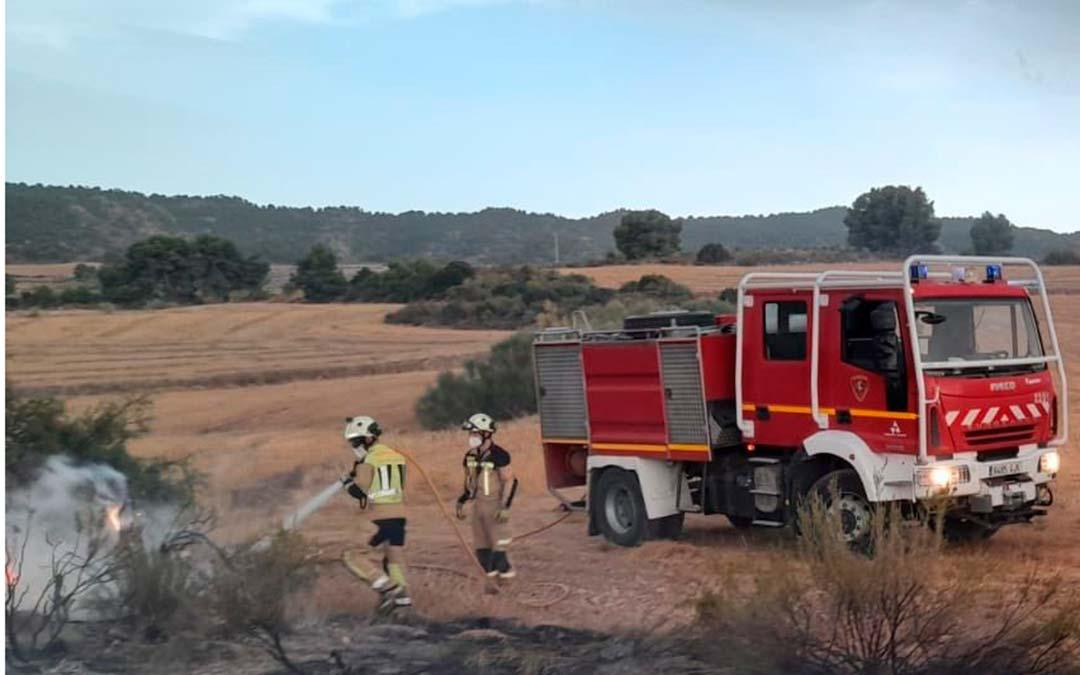 Dos bomberos tratando de extinguir el fuego / Asociación de Agentes de Protección de la Naturaleza