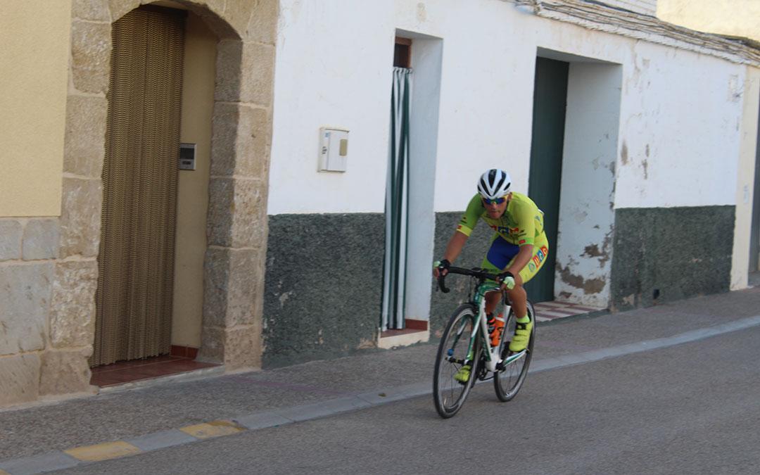 Uno de los corredores concentrado sobre su bici a 200 metros de la línea de meta / Eduard Peralta