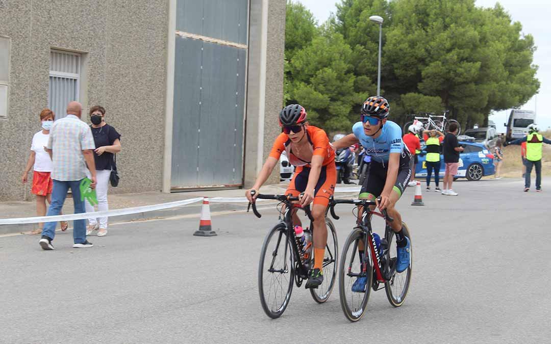Uno de los ciclistas ayuda a otro rival para que cruce la línea de meta / Eduard Peralta