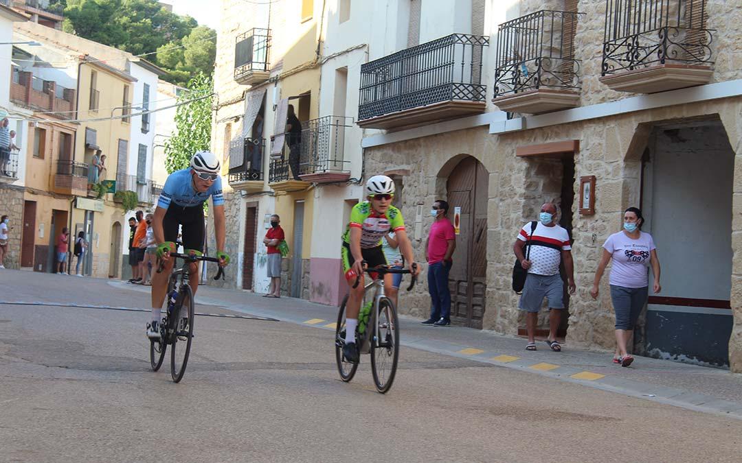 Dos corredores se disputan el sprint final por las calles de Chiprana / Eduard Peralta