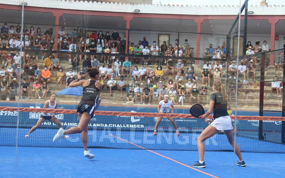 El público atento a la final femenina del Challenger de pádel / Eduard Peralta