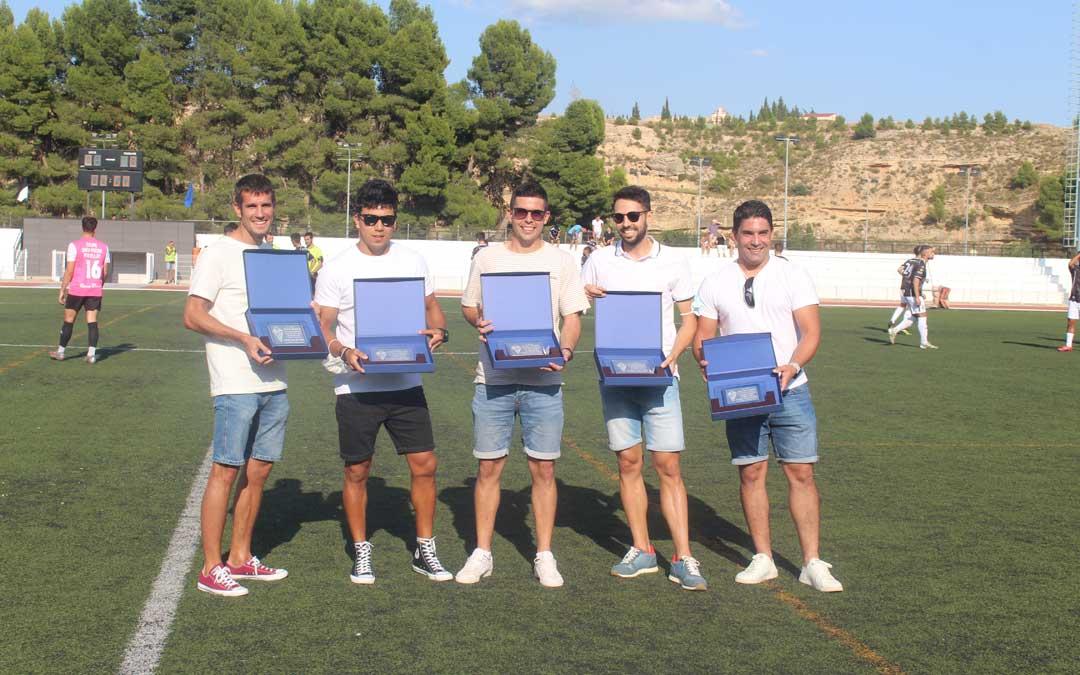 Los jugadores alcañizanos que colgaron las botas esta última temporada fueron homenajeados / Eduard Peralta