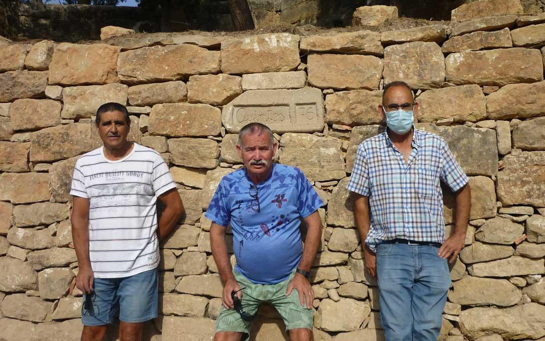 Uno de los equipos ha reconstruido un muro en la zona de los merenderos / Emma Falcón