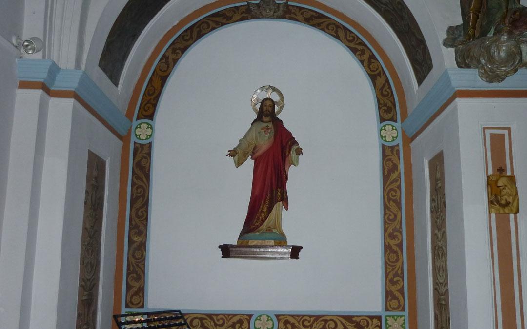 Los quintos se han encargado de pintar la capilla del santo, que se quemó durante la romería del 9 de septiembre de 2019 / Emma Falcón