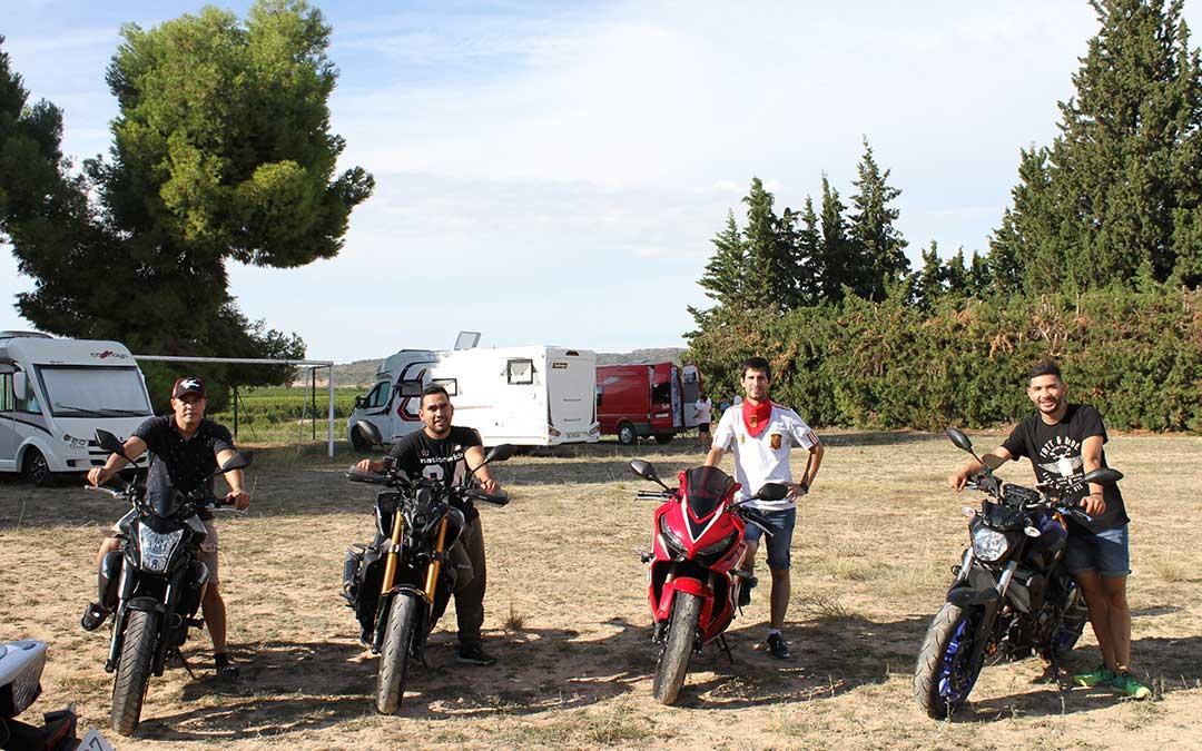 Diego y sus amigos dormirán por primera vez en el parking de Puigmoreno. /Laura Martínez