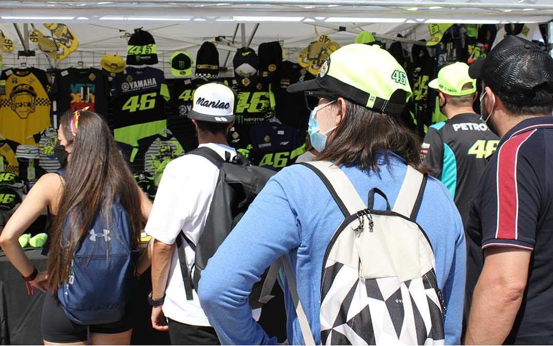 Los puestos de merchandising también han vuelto al circuito alcañizano. /Laura Martínez