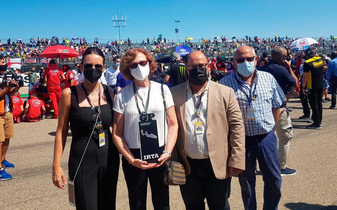 Pilar Molinero, directora del IAF, junto con el vicepresidente en de la DPT, Alberto Izquierdo, en la parrilla de salida minutos antes de empezar la carrera. / Diputación de Teruel