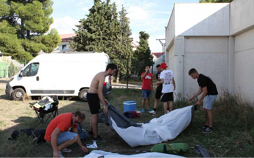 Marc y sus amigos, siguiendo la recomendación de la Policía Local van a pasar la noche en Puigmoreno. /Laura Martínez