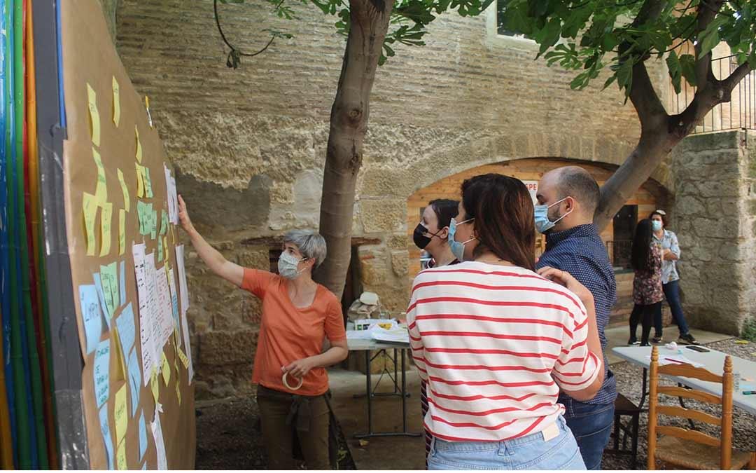Elena Bernia, una de las facilitadoras de la 'Rural Jam', dando indicaciones a uno de los proyectos / Eduard Peralta