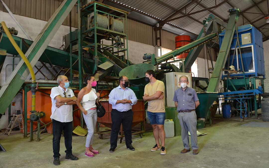 Alberto Izquierdo, centro, junto al alcalde de Valdealgorfa Ángel Antolín, la diputada Esther Peirat, y responsables de la empresa./DPT
