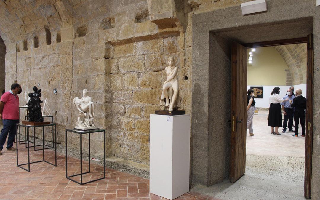 Exposición del ICRE en el Castillo de Albalate del Arzobispo. Junto a la puerta, las esculturas de David Centelles y Mony Núñez. / B. Severino