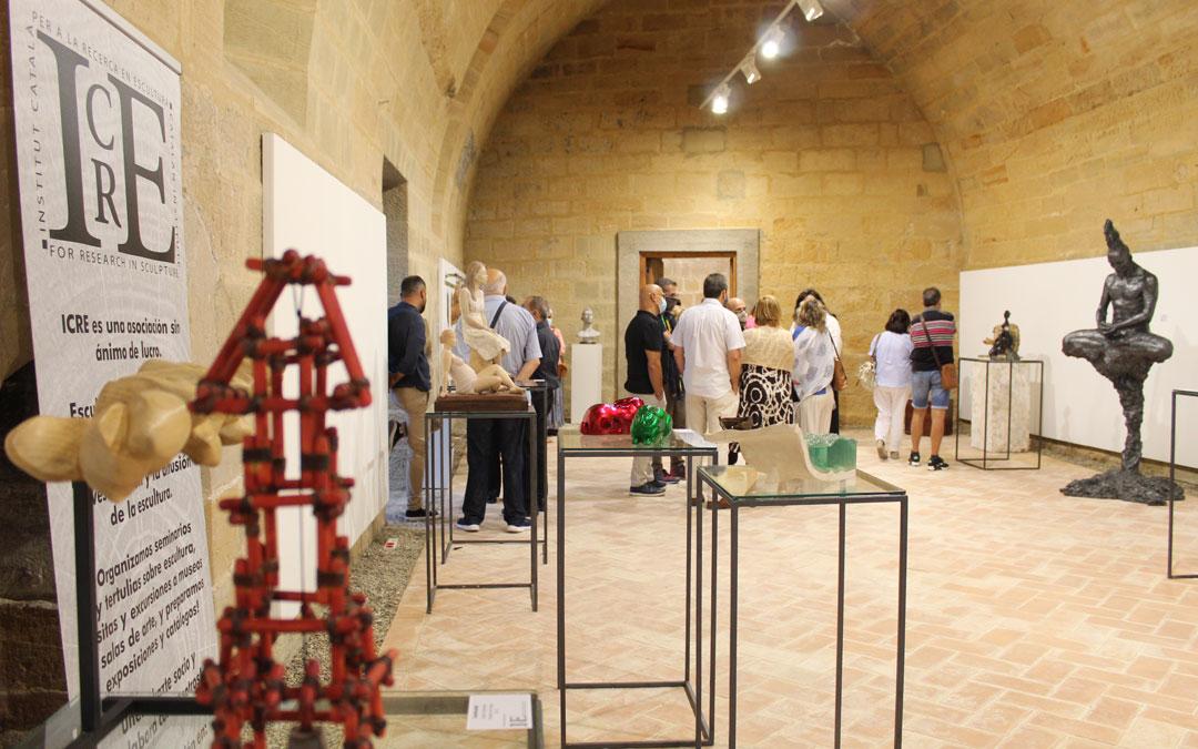 Exposición del ICRE en el Castillo de Albalate del Arzobispo. En el centro, las dos obras de Joaquín Hernández, 'Maternitat' y 'Júlia'. / B. Severino