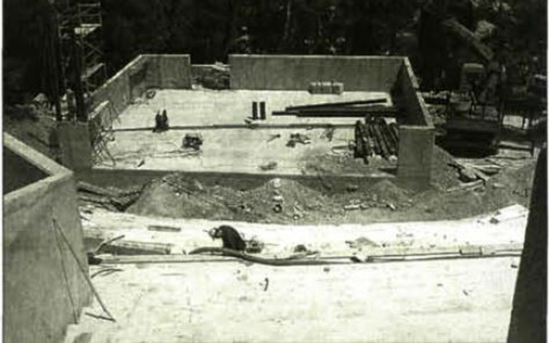 Obras a comienzos de los 2000 de la caja del escenario que se levantó sobre uno de los depósitos de la ciudad de 1927 y permite representaciones de gran envergadura. / Archivo La COMARCA