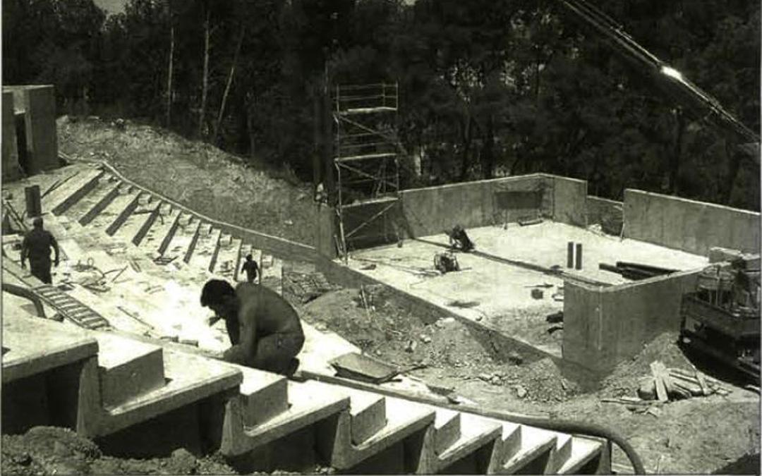 Trabajos de construcción del anfiteatro Pui Pinos a comienzos de los 2000 en las que se ve el graderío y el escenario. / Archivo La COMARCA