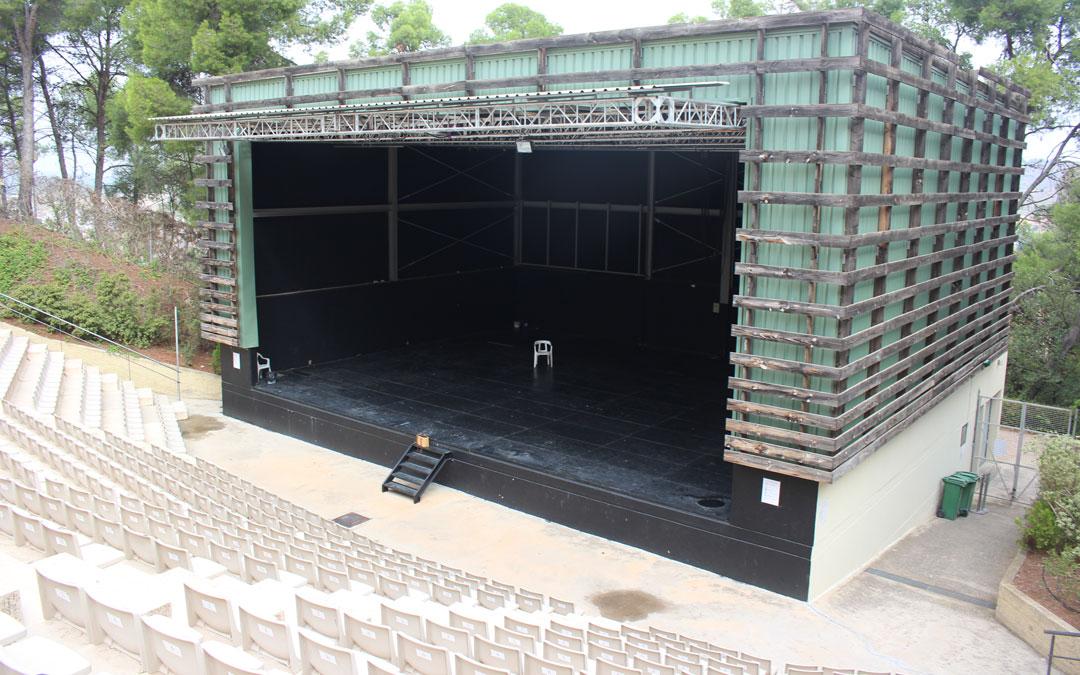 El graderío y la caja del escenario del anfiteatro Pui Pinos en el aspecto que lucen en la actualidad cuando además se han efectuado intervenciones de conservación. / L. Castel