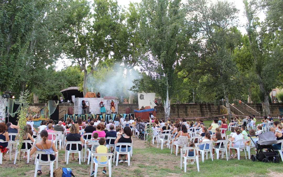 Actuación de Caleidoscopio Teatro en la Glorieta de Alcañiz. / B. Severino