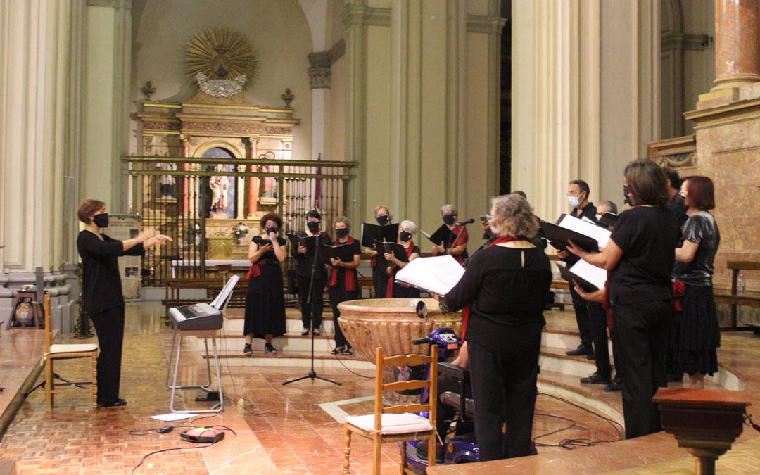 El Coro de la Unión Musical Nuestra Señora de los Pueyos cantó en la misa por el Santo Ángel Custodio. / B. Severino