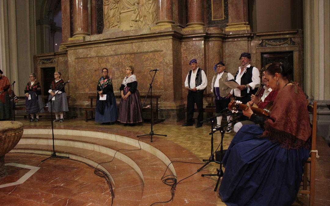 El Cachirulo Teresa Salvo se encargó de la misa cantada por la Virgen de Pueyos. / L. Castel