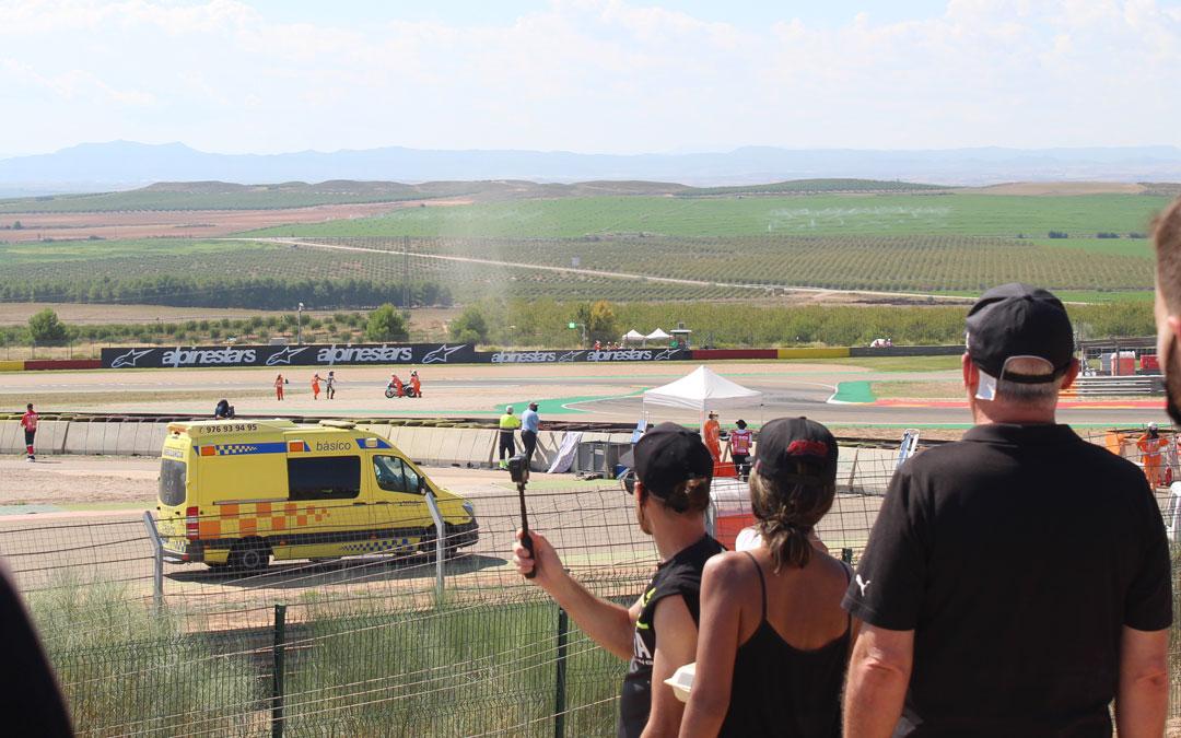 Desde los pies de la grada 3 sin perder detalle de una de las salidas de pista en Moto2 y el auxilio de los comisarios. / B. Severino