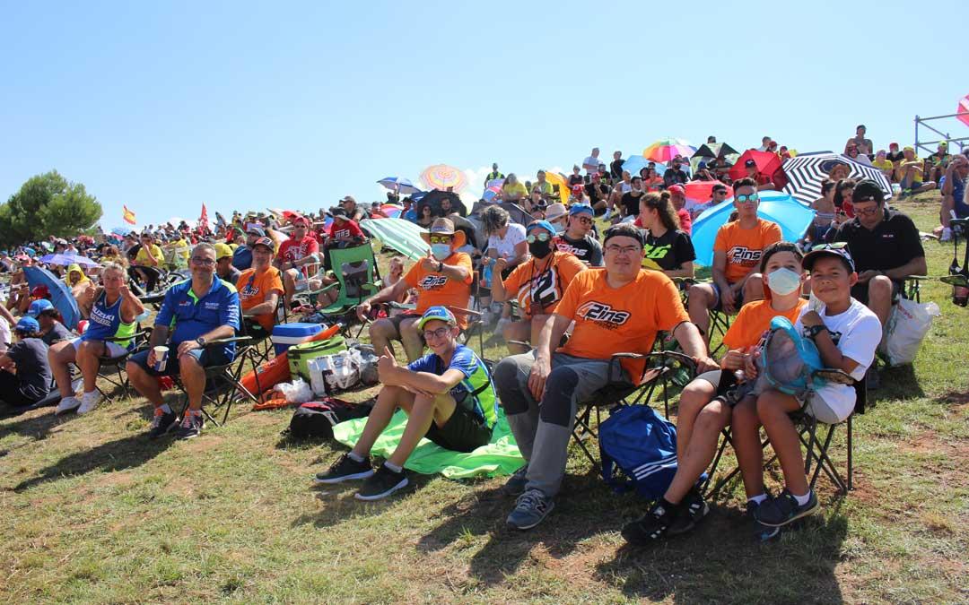 Parte de los fans de Álex Rins que animaron desde la pelouse 6 en la mañana de domingo. / L. Castel