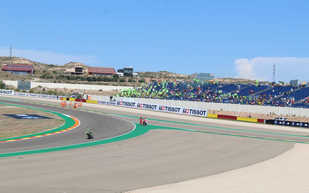 Rossi saluda y se despide de sus seguidores de la grada 7 tras la última carrera en Alcañiz. / B. Severino