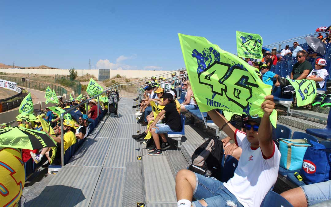 Los fans de Valentino Rossi están por todas partes pero esta vez, un buen número de ellos eligió la grada 7. / B. Severino