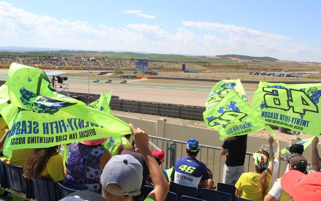 Los fans de Rossi animando al paso de su piloto en la carrera de MotoGP desde la grada 7. / B. Severino