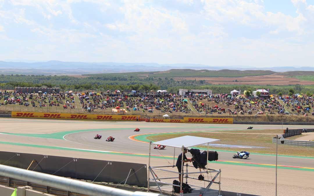 La pelouse 6 con los colores naranjas del club de fans de Rins vista desde la grada 7 en la carrera de MotoGP. / B. Severino