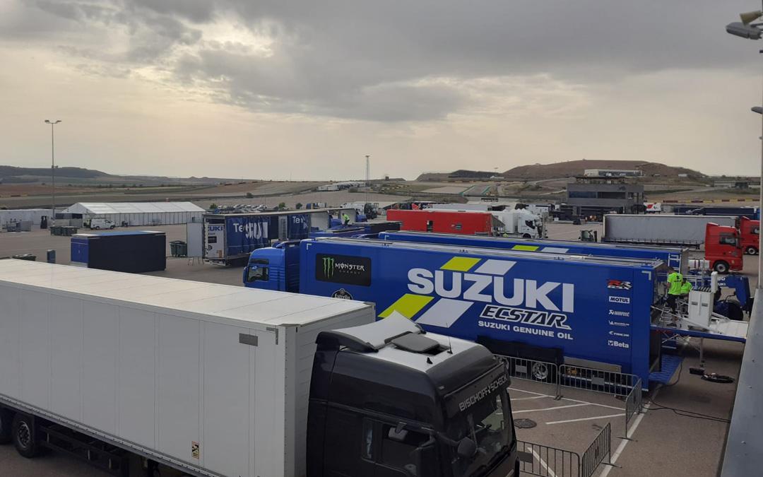 Aspecto del paddock este lunes con los equipos descargando. / Motorland Aragón