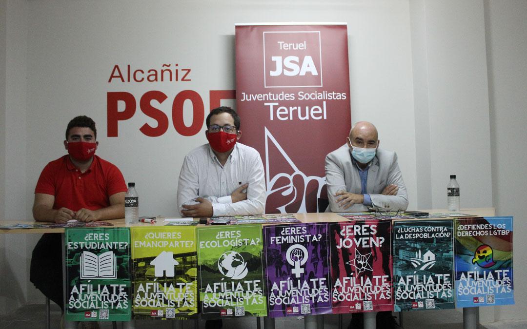Jorge Hernández, secretario general de la agrupación local de JSA; Ángel Peralta, secretario provincial; y diputado en Cortes) y Javier Baigorri, secretario de organización local, en la sede en Alcañiz. / B. Severino
