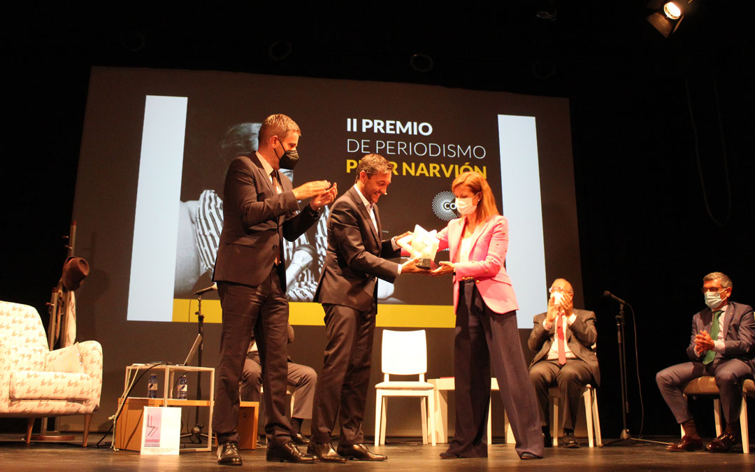 Javier Ruiz, recogiendo de manos de Eva Defior e Ignacio Urquizu el Premio Pilar Narvión. Es una escultura hecha en alabastro del territorio por Pedro Anía. / B. Severino