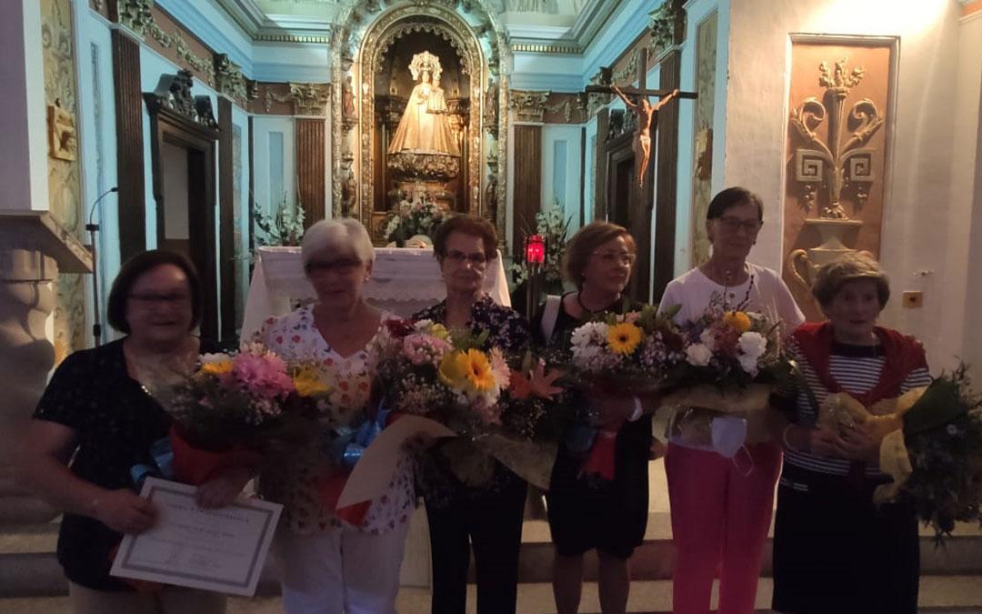 Las seis socias homenajeadas posan delante de la Virgen de Pueyos. Foto. E.I.