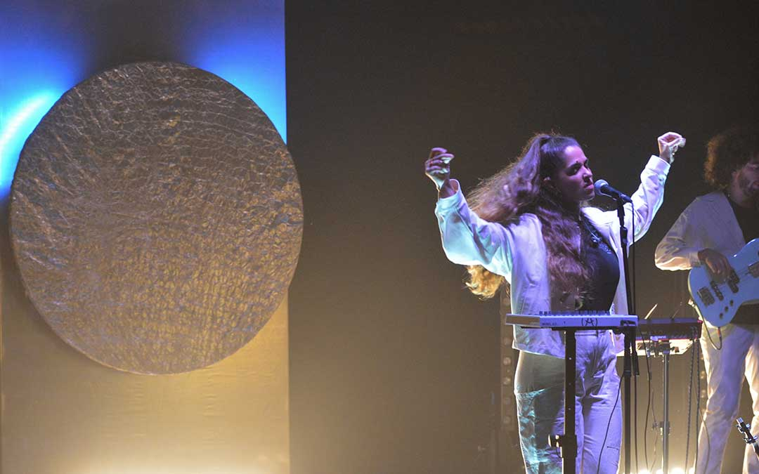 Anaju ofreció el viernes su primer concierto en Alcañiz llenando el anfiteatro Pui Pinos / La Comarca