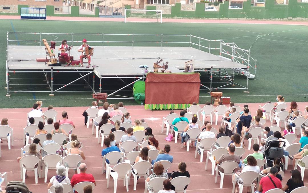 Una de las primeras actuaciones infantiles que tuvieron lugar en la pista de atletismo. / Ayto. Andorra