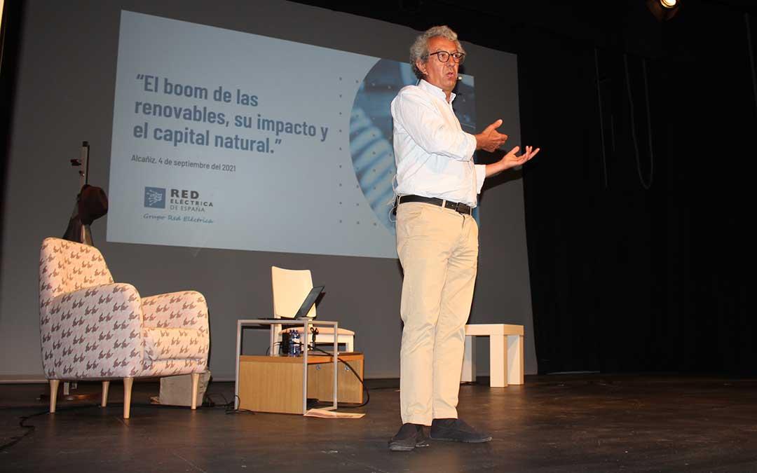 El periodista científico Antonio Calvo Roy ha cerrado el curso de periodismo con la charla 'El boom de las renovables, su impacto y el capital natural. ¿Cómo abordar la sostenibilidad y el desarrollo rural?' / L. Castel