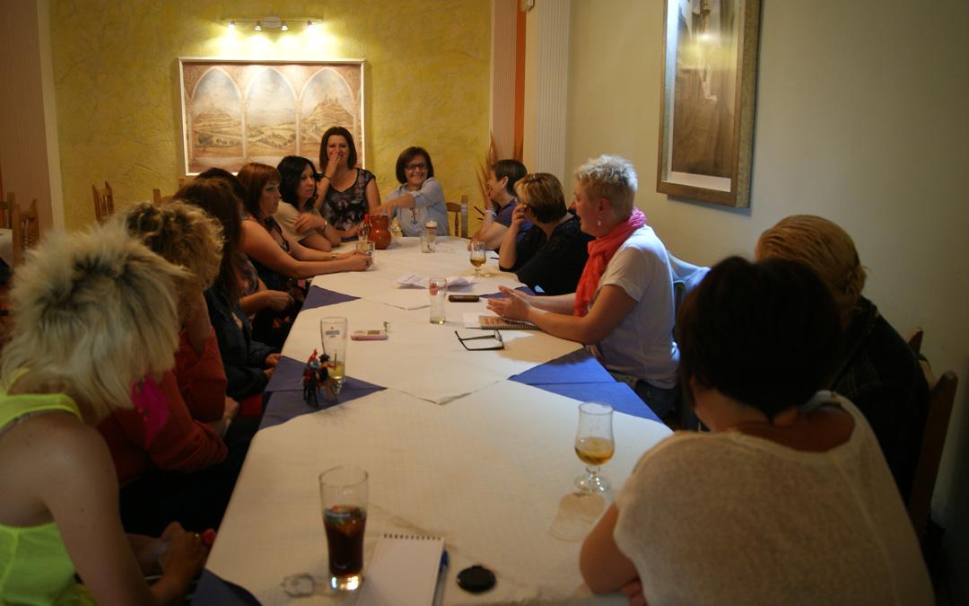 Marina Cueto, al fondo en una de las mesas de su hostal en 2013 donde se constituyó la agrupación de Mujeres del Carbón de Aragón. / B. Severino