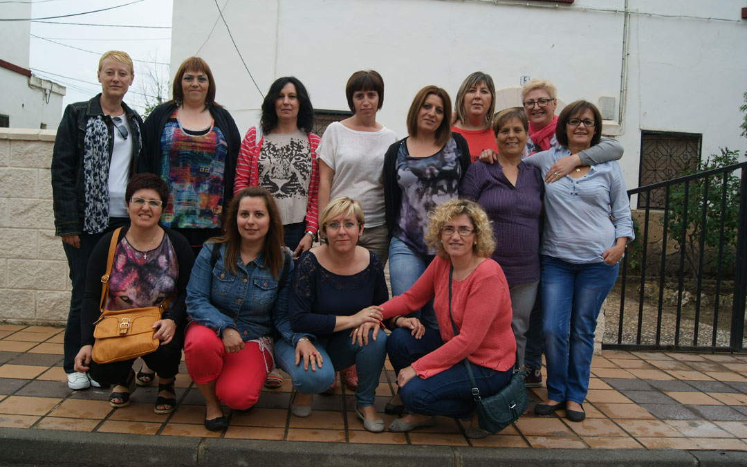 Foto de familia de parte de las precursoras de las Mujeres del Carbón de Aragón. Marina aparece abrazada por Mª Ángeles Manzano. / B. Severino