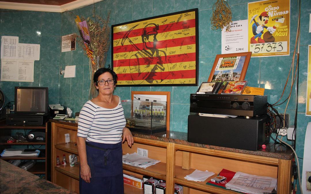 Marina Cueto en 2016 su hostal con la bandera que tantas veces llevó en las reivindicaciones. /María Quílez