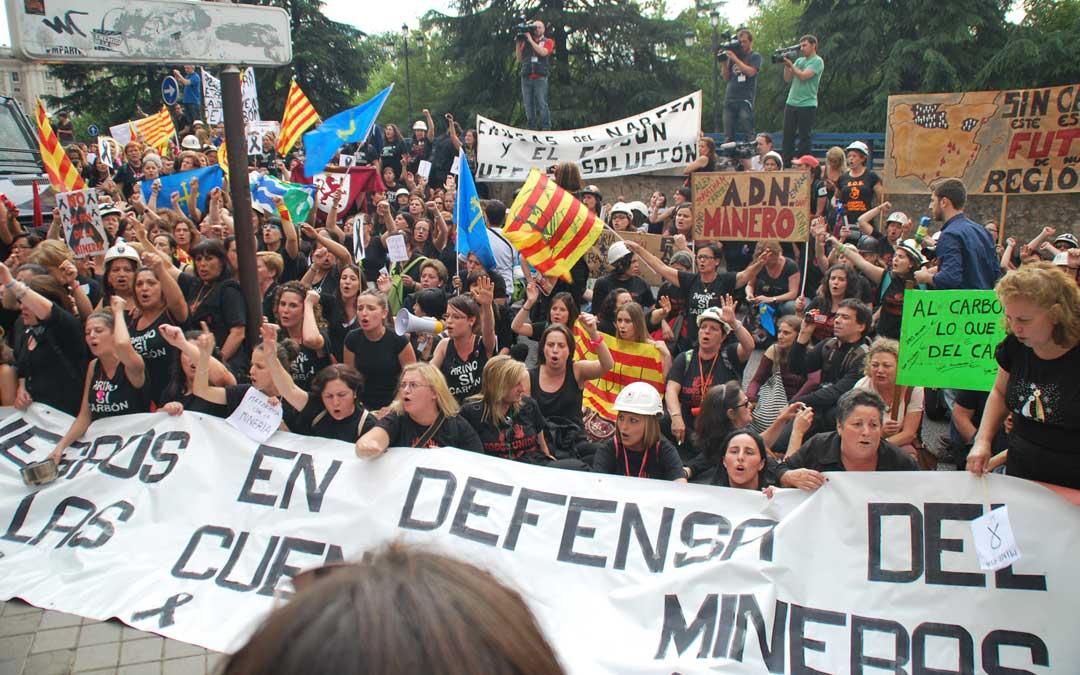Cueto, entre la multitud empuñando su bandera ante el Senado en 2012. / María Quílez