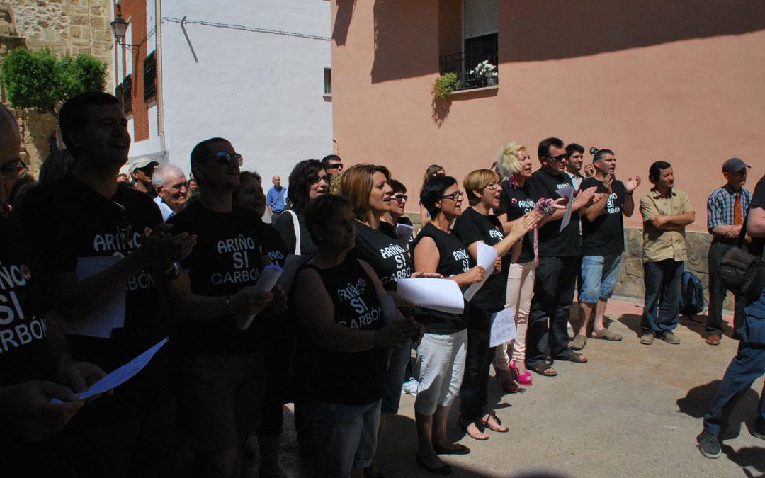 En primera fila entonando el cántico de la reivindicación minera en Ariño en mayo de 2012. / María Quílez