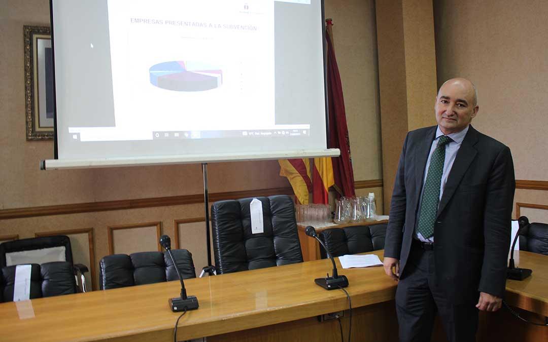 El teniente alcalde, Baigorri, presentando el balance de los programas al sector productivo de Alcañiz este jueves / L. Castel