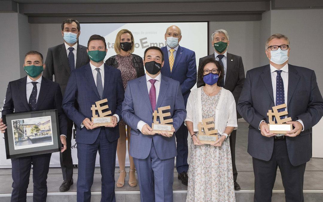 Foto de familia de entregadores y premiados en 'Talento Empleo Aragón'. L.C.