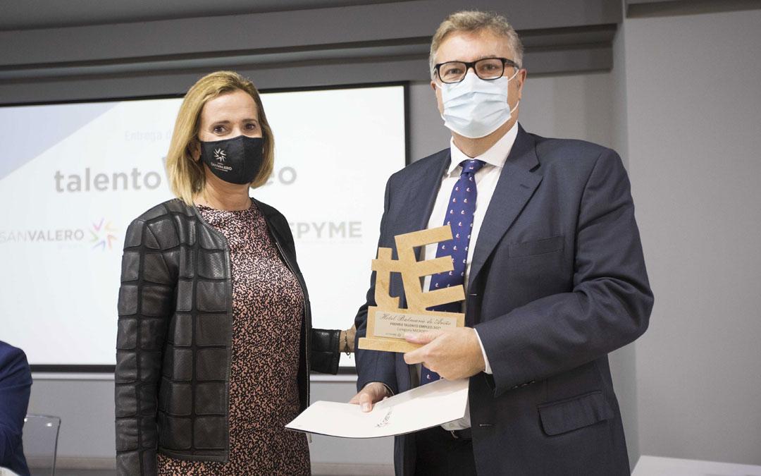 El gerente del Balneario de Ariño, Pedro Villanueva, recoge el premio 'Talento Empleo Aragón' de manos de Pilar Andrade, vicepresidenta del Grupo San Valero. / L.C.