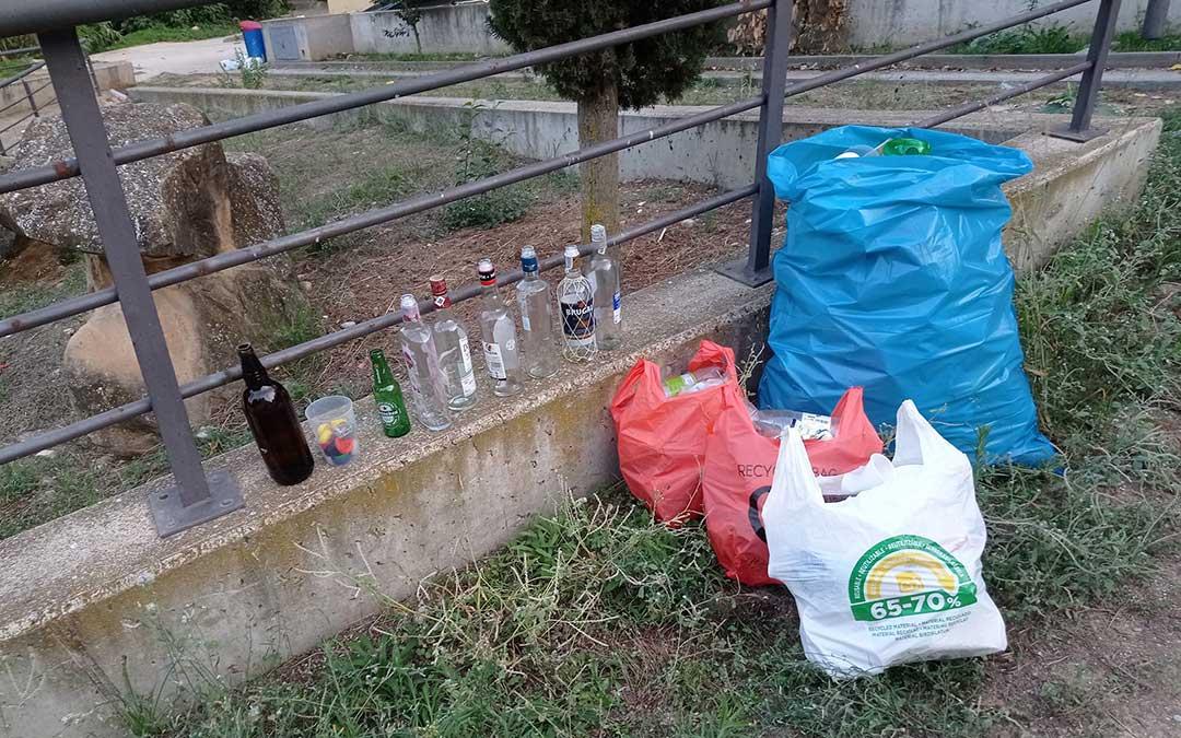 Basura por los botellones en la ribera del río Guadalope / B.A.