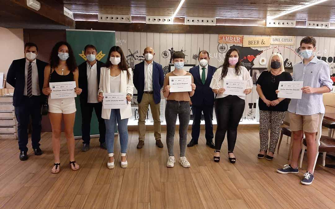 Foto de familia de los cinco alumnos junto a los directores y gerentes de las empresas impulsoras de la beca.