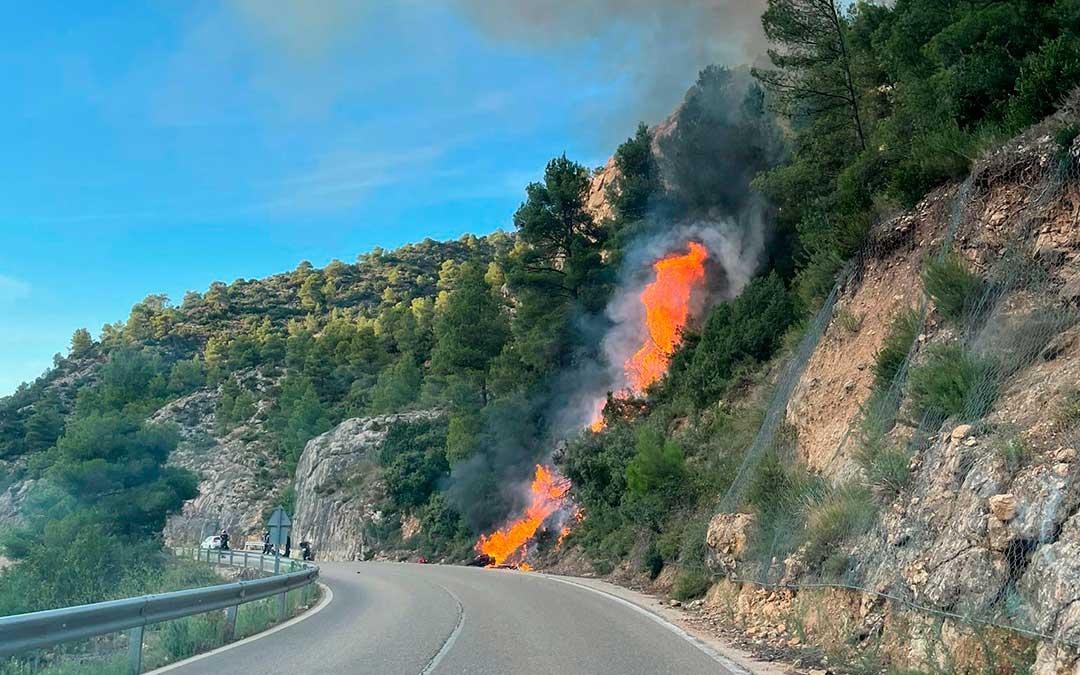 El accidente ha provocado un pequeño incendio en la vegetación junto a la carretera de Beceite / La Comarca