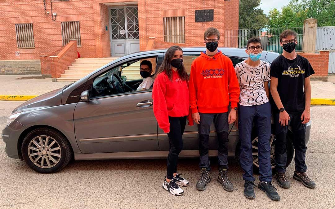 Los padres deben coordinarse para llevar y traer a sus hijos en coche ante la falta de ruta escolar de Alcañiz a Caspe. En la imagen, ayer a la salida del IES caspolino / E. Peralta