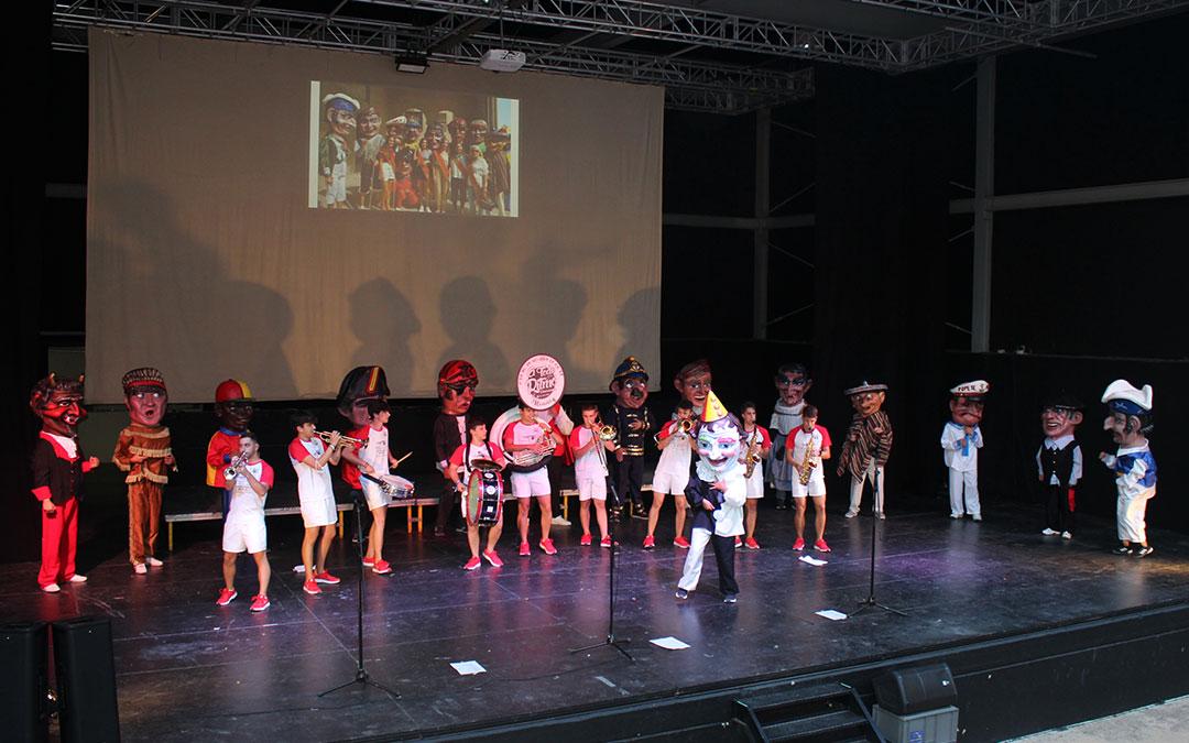 Los cabezudos salieron al escenario y se presentaron el domingo en Alcañiz con las voces y la música de la charanga A Todo Ritmo. En la imagen, delante el nuevo payaso y a la izquierda el diablo / L. Castel