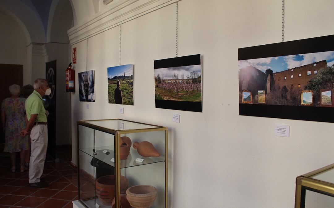 Exposición en el claustro de la Casa de Cultura de las fotografías concursantes en el segundo certamen. / B. Severino